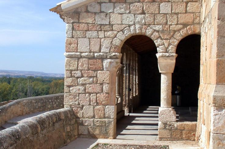 Lateral del pórtico de la Iglesia de Sta. María del Rivero, San Esteban de Gormaz, Soria, Castilla, España