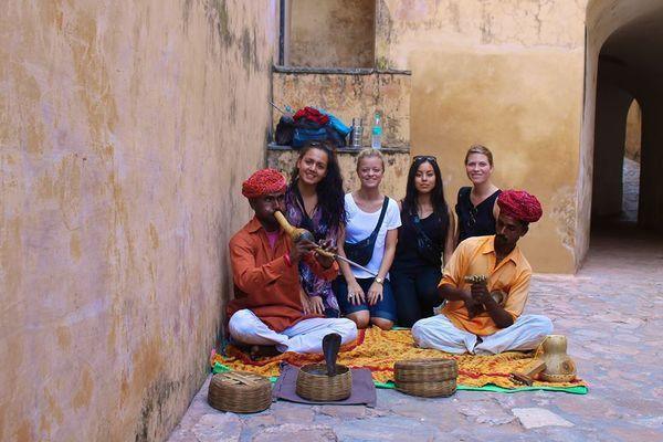 En 11 timers lang flyvertur er det hele værd, når det er Indien man skal besøge.Turen bød på 8 hele dage i det fantastiske kulturrige land. De første 4 nætter besøgte vi vores udvekslingselever fra St. Marks Sr. Sec. Public School i New Delhi, Janak Puri, efter deres besøg på Fredericia...