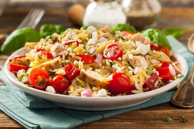 Салат с макаронами орзо, курицей и помидорами