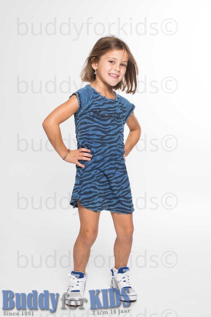 Leuk zomers jurkje in het blauw met tijgerstrepen. Ronde hals. - je vind het jurkje hier: https://www.buddyforkids.nl/replay-jurkje-6388.html