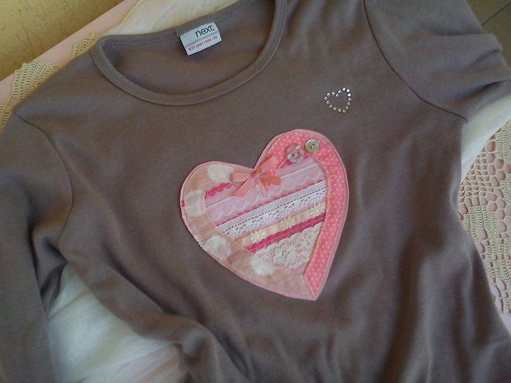 Tričko srdce. Aplikácia s čipkami a kúskami látok