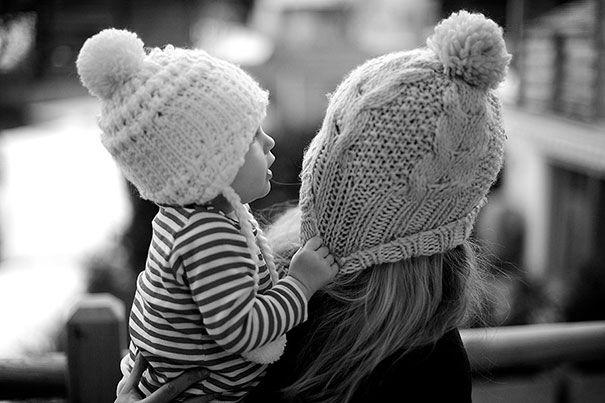 """Las mujeres siempre soñamos con el momento de conocer a quienes serán nuestros bebés, y aún más con el cómo serán y si se parecerán a nosotras. Estas mujeres definitivamente tuvieron la fortuna de que sus pequeñas fueran su replica exacta de niñas. Apuesto que estás pensando : """"Ok, ya sólo me falta el hombre""""."""