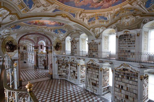 Un bâtiment baroque au décor absolument superbe, bienvenue en Autriche, dans la ville d'Admont où se trouve l'un des plus anciens monastères au monde, l'Abbaye d'Admont.   Achevée en 1074, cette sublime abbaye accueille en son sein la plus grande librairie monastique au monde depuis 1776 ...C'est une véritable mine d'or qui se trouve dans cette magnifique librairie , puisqu'elle propose pas moins de 200 000 volumes.
