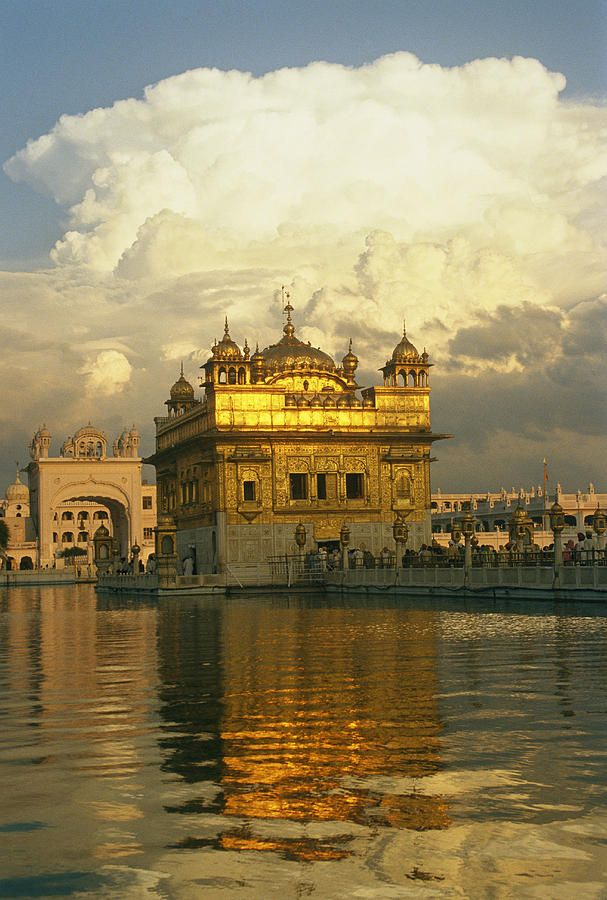 ✭ The 16th century Golden Temple at Amritsar - India - This is an excellent pic of the Temple