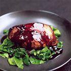 Eendenborst in een saus van peper en rode wijn, uit het kookboek 'Peper & zout' van Jody Vassallo. Kijk voor de bereidingswijze op okokorecepten.nl.
