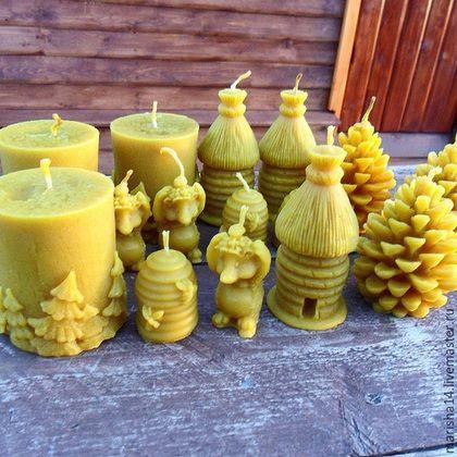 Купить или заказать Свечи из пчелиного воска в интернет-магазине на Ярмарке Мастеров. В наличии свечи пяти видов - ёжик с божьей коровкой, соломенный улей, кедровая шишка, улей с пчёлками и цилиндр с ёлками. Цена 250 руб. указана за самую большую свечку - цилиндр с ёлками. Шишка и соломенный улей - 200 руб, ёжик - 100 руб, улей с пчёлками - 75 рублей. Целебные и релаксационные свойства натуральных свечей из пчелиного воска известны уже на протяжении сотен лет, ведь во время…