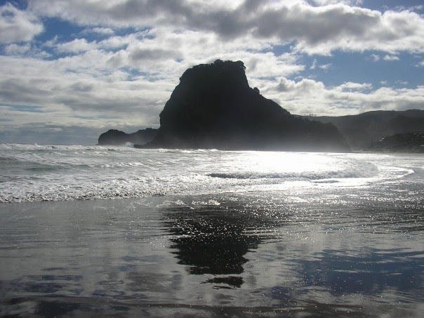 pic i took at lion rock, piha beach in 2005... must move there ASAP!