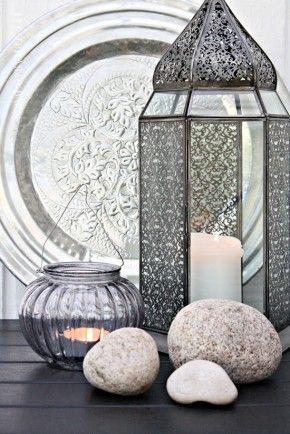 Mooi stilleven met oosterse lantaarn en dienblad.