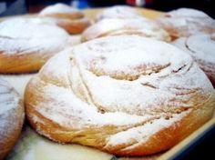 ENSAIMADA MALLORQUINA Ingredientes de la receta para 18 ensaimadas:      750 gr. de harina     4 huevos XL     180 gr. de azúcar     200 gr. de manteca de cerdo     40 gr. de levadura prensada (fresca)     1 Vaso de leche (300 ml.)     Azúcar glass