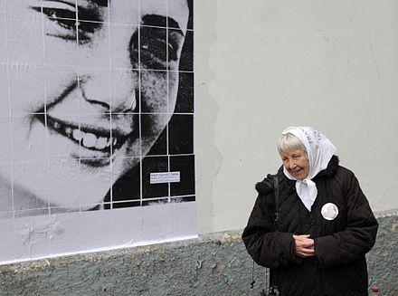 Una Madre de La Plaza de Mayo con la foto de su hija desaparecida con 18 años.