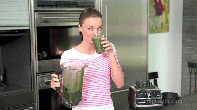 Ünlüleri Zayıflatan İçecek: Yeşil Smoothie-Günlük yeşil smoothie içerek sağlıklı bir cildi koruyabileceğiniz gibi kolayca kilo da verebilirsiniz. Lif ve besin açısından zengin içerikli bu içecek aynı zamanda vücudun toksinlerden temizlenmesine yardımcı olur.
