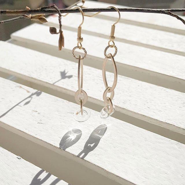 クリスタルがきれい♡  冬の透明感は格別  ピアスです '  #simplestyle #earrings #perles #crystaljewelry  #ペルル #ラミカ #アクセサリー #大人かわいい  #透明感のある #おしゃれ #陽射しは暖かい  #ピアス #シンプルコーデ #シンプルスタイル #冬のおしゃれ  #光と影を遊ぶ #クリスタルジュエリー #ガラス #楽天ラミカで