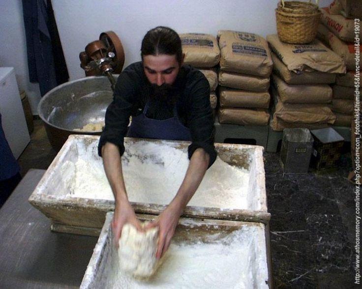 Δείτε πως μπορείτε να φτιάξετε αγιορείτικο ψωμί… Υλικα:  1 κιλό αλεύρι ολικής αλέσεως  2 κιλά αλεύρι άσπρο  Προζύμι ( μαγιά νωπή 1.5 κουτα...