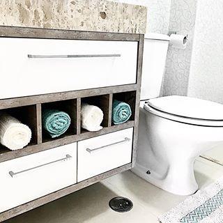 ✨Aquele detalhe que não é tão funcional assim, mas que eu amo no nosso lavabo: nichos para as toalhinhas! Elas nunca foram usadas (estão até com etiquetas!) afinal não vou desfalcar o grupinho kkkkkk sem contar que elas vão empoeirando na semana, fato! Hahahahaha #tonemaí #oqueimportaéadecoração
