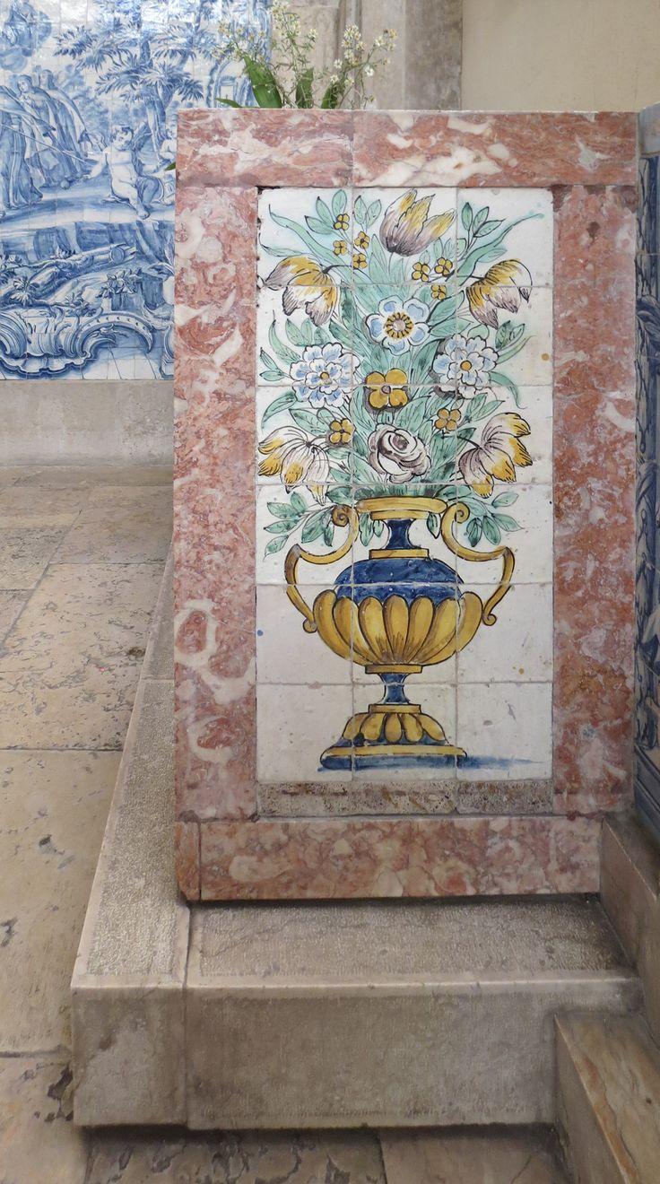 Lisboa   Convento de / Convent of Santa Teresa de Jesus de Carnide   Séc. XVII / 17th century #Azulejo #AzulejoDoMês #AzulejoOfTheMonth #Flores #Flowers #Lisboa #Lisbon