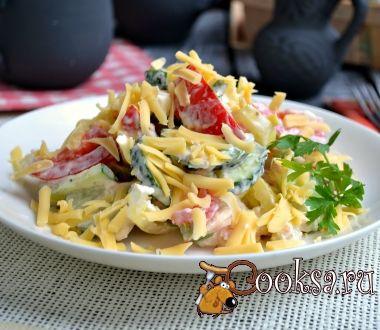 """Салат из свежих овощей с курицей и сыром """"Пестрый"""""""
