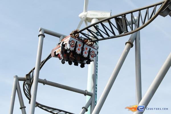 11/15 | Photo du Roller Coaster Typhoon situé à Bobbejaanland (Belgique). Plus d'information sur notre site http://www.e-coasters.com !! Tous les meilleurs Parcs d'Attractions sur un seul site web !! Découvrez également notre vidéo embarquée à cette adresse : http://youtu.be/nOJ7D-vC67w