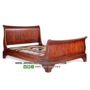 Tempat tidur kayu jati model klasik finishing natural, tempat tidur ini bisa anda gunakan untuk mengisi kamar tidur baru anda