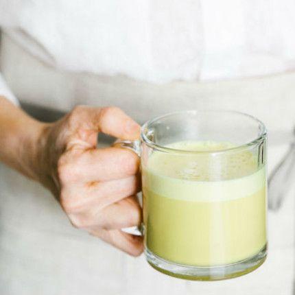 FRULLATO RICCO DI PROPRIETA' ANTINFIAMMATORIE allo zenzero e curcuma: 1 cucchiaino di curcuma, 1 c. di zenzero,1 c. di zucchero di cocco, 2 c. di olio di cocco, sale marino, 1 tazza di latte di mandorle. Frullare le spezie, sale,zucchero e olio. Scaldare a parle il latte e versarlo ben caldo dentro il frullatore. Frullare finchè non diventa spumoso.