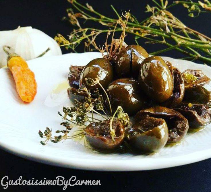 Questo è il periodo giusto per proporre questa ricetta tutta calabrese, lasciatemelo dire, invidiata da tutto il mondo dopo la salsiccia : Le olive schiacciate alla calabrese a lunga conservazione con finocchietto.