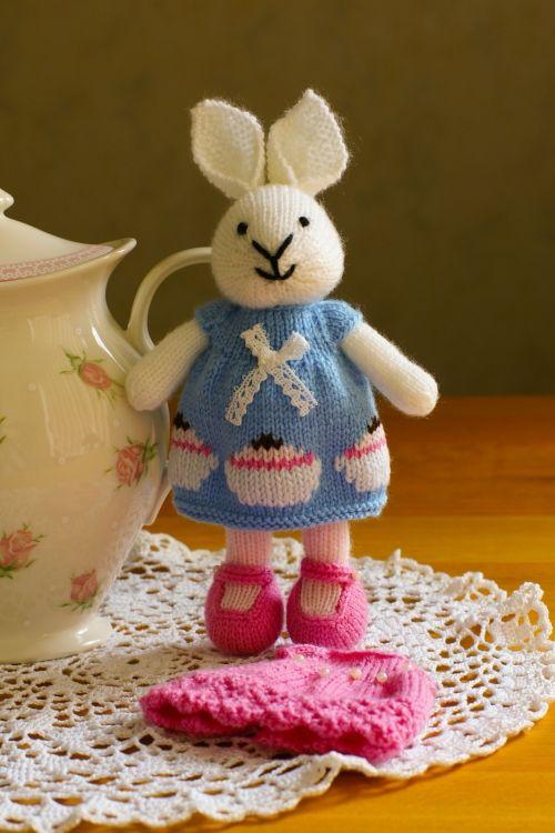 Mijn eerste gebreide konijn van ontwerpster little cotton rabbit. Ik ben helemaal verliefd op haar ontwerpen en patronen. Er zullen zeker nog heeeeel veeeel meer volgen. Wil je meer van haar zien kijk dan hier: http://littlecottonrabbits.typepad.co.uk/