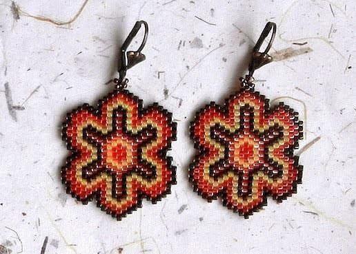 Серьги из бисера. Мозаичное плетение<br><br>Мозаичное плетение бисером или техника пейот — техника плетения изделий из бисера, позволяющая получить довольно плотное полотно с задуманным узором.<br><br>Красивые крупные серьги из бисера в технике мозаичного плетения можно сплести в различных цветов..