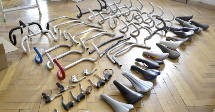 Andreas Scheiger mení Časti starých bicyklov na nástenné trofeje slúžiace ako držiaky, stojany a vešiaky. Recyklácia, upcyklácia, staré bicykle, diy, dizajn