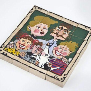 """Puzzle z cyklu """"Portrety rodzinne"""".  Dwa unikatowe obrazki do układania, ręcznie malowane.  Zestaw tworzy 16 ręcznie wykonanych klocków drewnianych z drzewa bukowego lub jesionowego.  Każdy klocek ma wymiar 4 cm /4cm/2cm.  Istnieje możliwośćć sportretowania Twojej rodziny na klockach- puzzlach.  Skontaktuj się z nami!"""