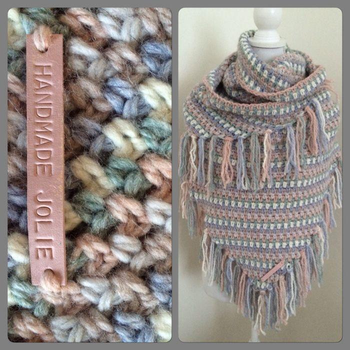 omslagdoek 1 bol van elke kleur Julia wol van Zeeman en haakte de omslagdoek in granietsteek met het patroon van Byclaire. Ik gebruikte haaknaald nummer 8