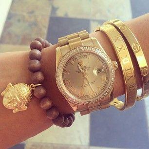 Ik hou van sieraden en shoppen in mijn vrije tijd.