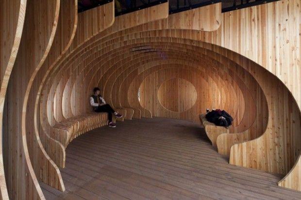 C'est sur le campus de l'université de Séoul que l'on peut admirer cette incroyable structure organique imaginée et réalisée par le studio UTAA. Avant, c'était un parking ! Maintenant, un espace de détente, eco-friendly, tout en bois  © photo Jin Hyo-suk, Kim Yong-soon, courtesy of UTAA