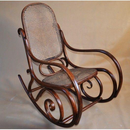 Fotel bujany z początku XXw wykonany z wysokiej jakości giętego drewna bukowego, doskonale wyprofilowany, lekki i mocny, z finezyjnie giętymi poręczami, wyplatanym oparciem i siedziskiem . Stan bardzo dobry, fotel niegdyś przeszedł renowację drewna brak oryginalnych metek producenta, siedzisko i oparcie w oryginalnym stanie zachowania, rafia wymaga napraw. Wymiary wys.105cm, szer.50cm, gł.105cm,.