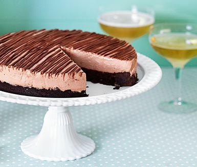 Drömgod tårta med nougatchokladmousse på hasselnötsbotten som du bara måste prova. Servera den då gärna i portionsbitar med en halva passionsfrukt som ger en god syrlig konstrast. Det är också gott med en slät havtornssås.