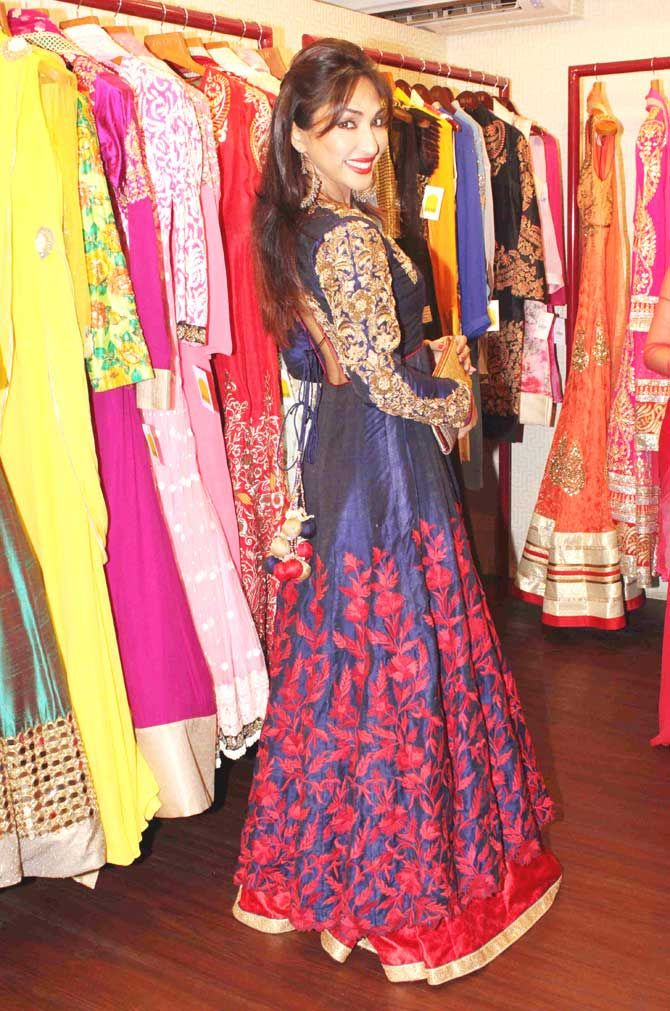 Mouli Ganguly looked ravishing while posing for the shutterbugs at a fashion preview at DVAR, Juhu. #Bollywood #Fashion #Style #Beauty