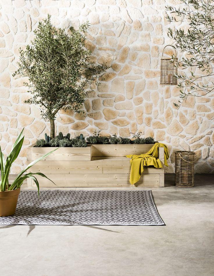 KARWEI | Je maakt deze eyecatcher van vuren balken en vult hem met mediterrane planten, kruiden en cactussen. Zo word je omringd door geurende rozemarijn, tijm, oregano en lavendel in de schaduw van je eigen olijfboom!