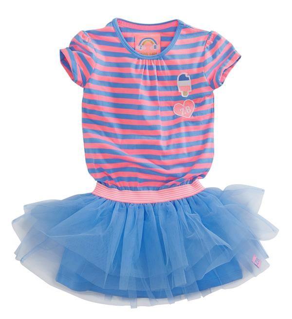 Z8 jurk Lauren. Deze jurk met hot pink/blauw gestreepte top en blauwe tule rok is een zomers feestje! De patches op de voorkant maken het helemaal af.