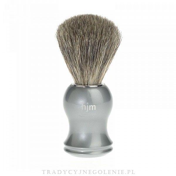 Pędzel do golenia z prawdziwym włosiem z borsuka. Rączka z srebronoszarego tworzywa. Na rączce logo HJM. Włosie z sierści borsuka posiada zdolność zatrzymywania dużej ilości wody, dzięki temu można wytworzyć pianę do golenia niezwykle szybko i łatwo. Pędzel wykonany w Niemczech przez wykwalifikowanych rzemieślników.
