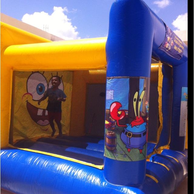 Renta de brincolin Spongebob Twister Party.