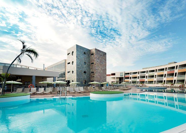 Bienvenu à Fuerteventura !  Passez avec cet offre 4, 6 ou 7 nuits au 4 étoiles Hotel Geranios Suites & Spa. Le prix à partir de 635.- comprend la formule all-inclusive ainsi que réductions sur l'accès au spa de l'hôtel.  Ici tu peux réserver tes vacances: http://www.besoin-de-vacances.ch/reserver-vacances-a-fuerteventura-2-635/