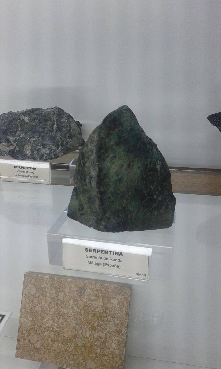 Las serpentinas constituyen un grupo de minerales que se caracterizan por no presentarse en forma de cristales, excepto en el caso de pseudomorfismo. Son productos de alteración de ciertos silicatos magnésicos, especialmente olivino, piroxenos y anfíboles.