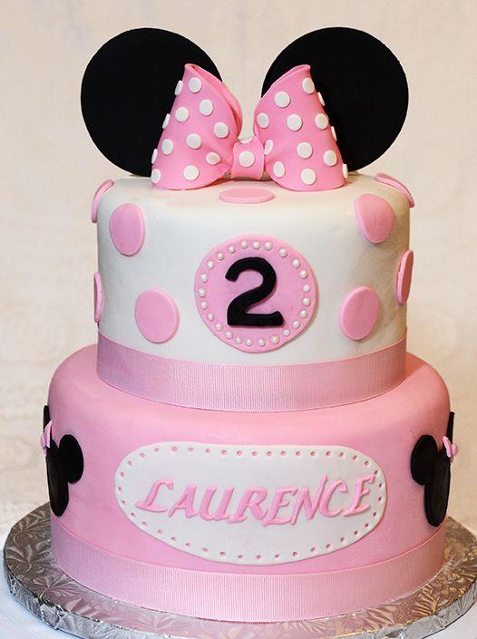 Gâteau 2 étages (6 pouces et 8 pouces) au chocolat, crème au beurre meringue suisse, recouvert de fondant.