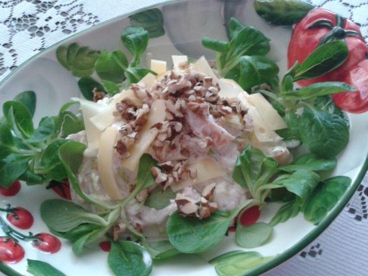 Salát z uzeného kuřete s ementálem, polníčkem a ořechy