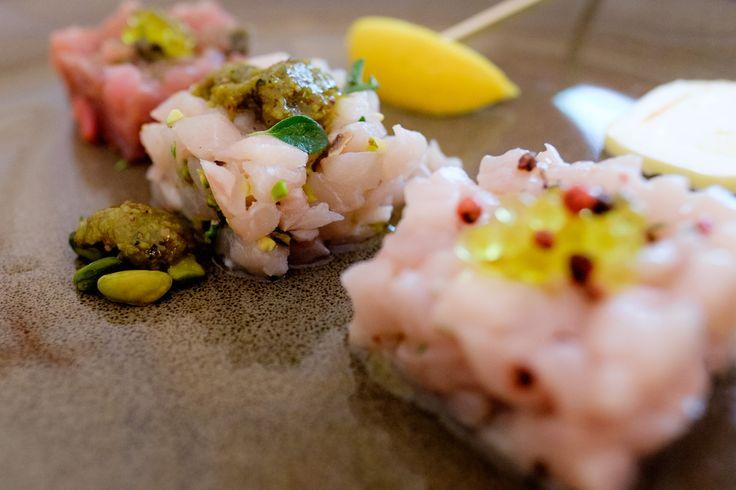 Le tartare: Ricciola, pepe rosa, timo ed olio - Pesce Spada, pistacchio di Bronte e maggiorana - Tonno, capperi, pepe verde e olive