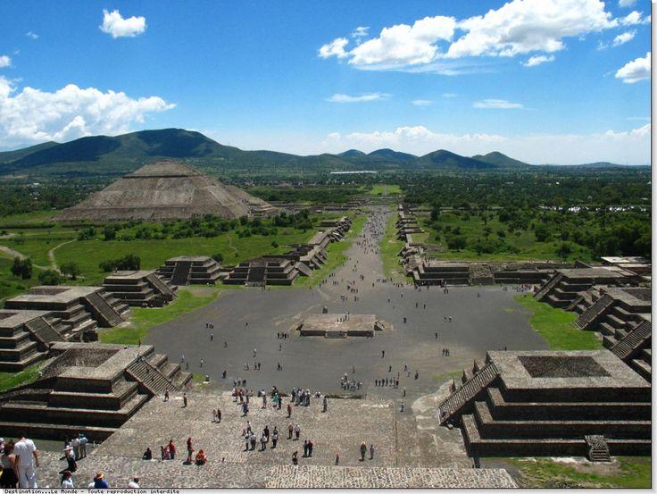Retour : cliquez-ici  Les Pyramides De Téotihuacan 1/2  Du sommet de la pyramide de la lune, la vue s'étend sur tout le plateau.  Mexique,mexico,pyramides,degrés,mayas,aztèques,teotihuacan,soleil,lune,place,ciel bleu,nuages,panorama,allée des morts,mexicains  Destination...Le Monde® - Toute reproduction interdite