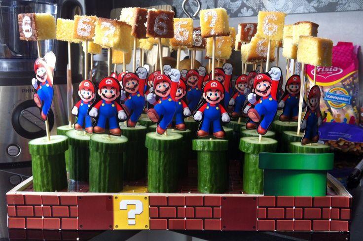 (Semi-) Gezonde Mario traktatie gemaakt. Dienblad beplakt met marioblokken. Komkommer, cake met eetbare stift, Mario uitgeprint op een prikker. Een hit in de klas! Zoon blij!