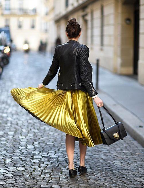 Una gonna oro a pieghe di giorno può sembrare esagerato, ma ti farà sentire una principessa contemporanea specialmente se abbinata a una giacca di pelle.