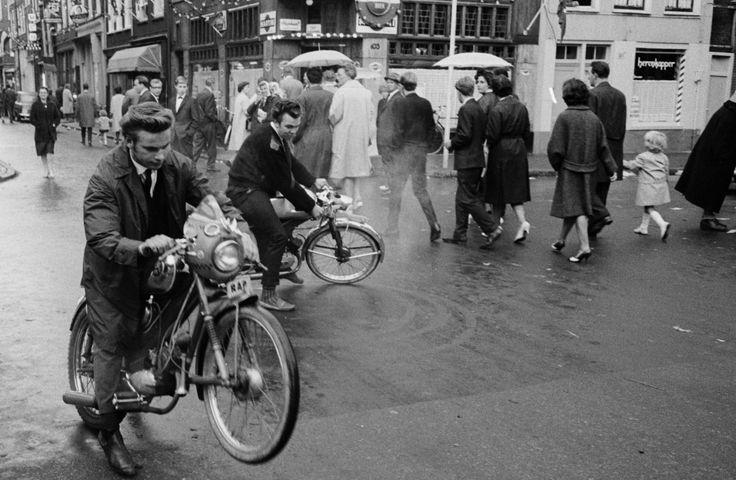 Amsterdam - de Jordaan - kermis 1963 - Fotograaf Koen Wessing