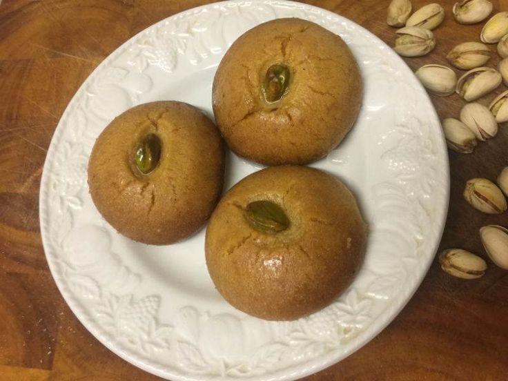 Şekerpare Türk mutfağının en sevilen şerbetli hamur tatlılarından biridir. Bayram sofralarının klasik tatlılarındandır. Bu tarifle irmikli kıtır kıtır şekerpareleri evde kolayca yapabilirsiniz. Miktar fazla gelirse yarım ölçü hazırlayabilirsiniz.