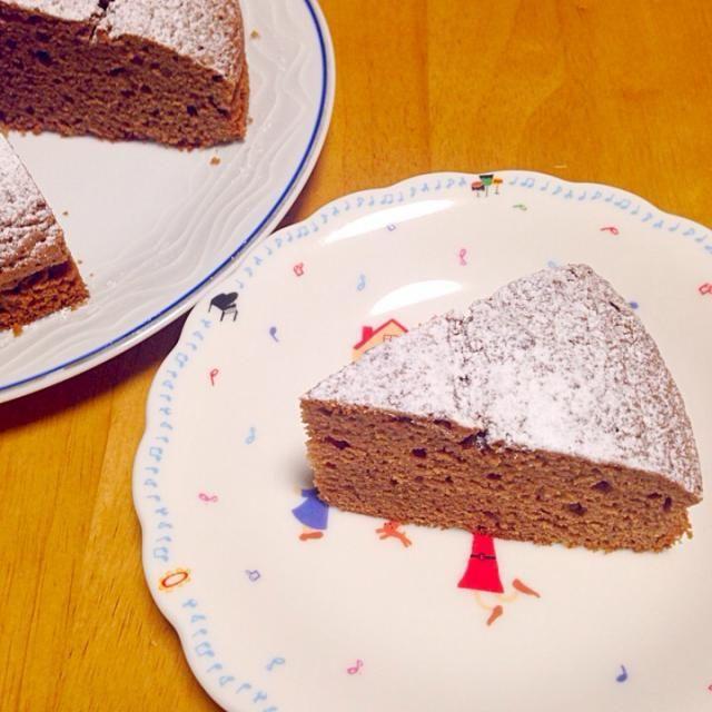 ガーナチョコレートを2枚(50g×2)使いました!  ホールケーキ型6号(17センチ型)で焼きました。  生地がけっこう少なめで、型が大きすぎるかなと思いましたが、焼くと約2倍弱ぐらいに膨らんだので、大きめの型で良かったかなと思いました!  180度に予熱したオーブンで30分焼きました(^^)  また作ります! - 23件のもぐもぐ - ホットケーキミックスで、チョコレートケーキ★ by poohalice