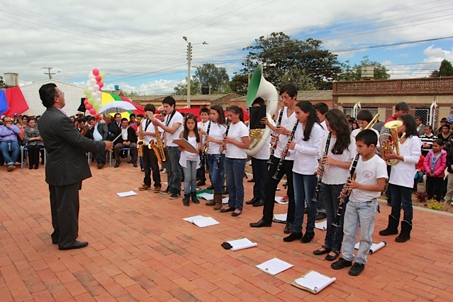 La banda juvenil de Toca saludando su nueva biblioteca / Crédito @Milton Ramírez (@FOTOMILTON) Mincultura 2012